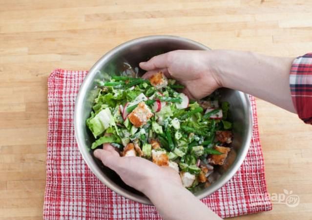 Перекладываем овощи и курицу в салатницу. Заливаем все соусом и перемешиваем руками.