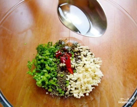 Подготавливаем специи. Нарежем мелко чеснок, лук и зелень. Добавим туда специи, соль и перец. Нальем ложечку оливкового масла, хотя это необязательно.