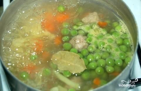 Затем бросьте свежий или замороженный зеленый горошек. Посолите, добавьте лаврушку. Если зеленого горошка у вас нет под рукой, возьмите консервированный. Он не испортит суп.