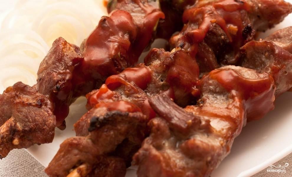 Подаем мясо с шашлычным кетчупом и маринованным луком. Приятного аппетита!
