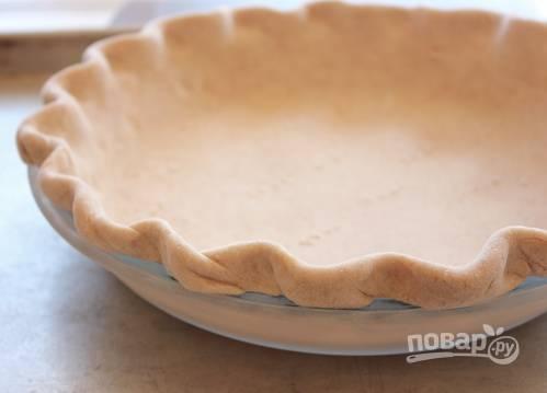1. Из муки, холодного сливочного масла, соли, сливок и ледяной воды замесите тесто. На полчаса-час отправьте в холодильник. После раскатайте и выложите в форму. Отправьте в разогретую до 180 градусов духовку минут на 15-20.