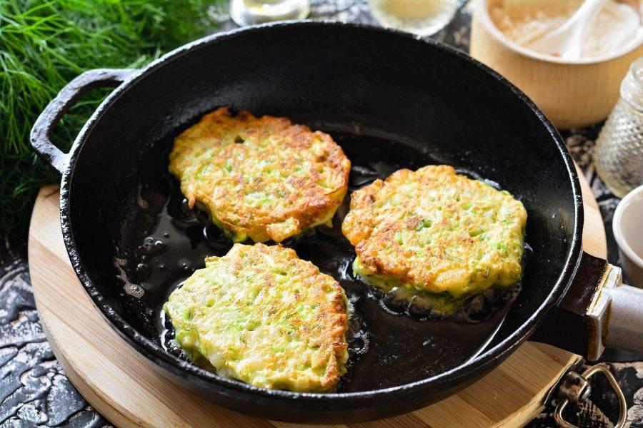 Разогрейте масло на сковороде, выкладывайте оладьи ложкой и обжаривайте с двух сторон по 3-4 минуты, пока они не подрумянятся.