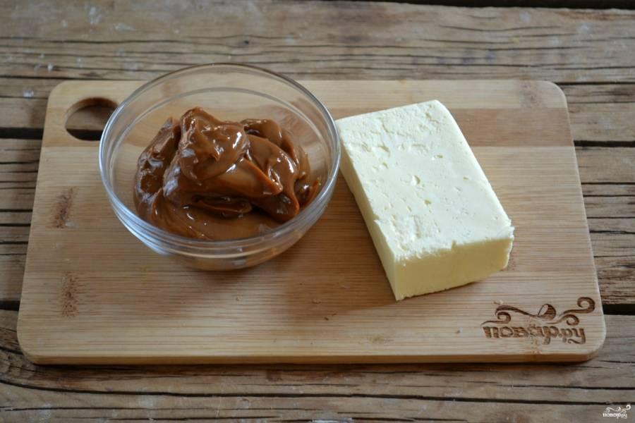 Подготовьте все необходимые ингредиенты. Масло заранее выньте из холодильника, чтобы оно стало слегка мягким, тогда его легче будет взбивать и крем получится более однородным.