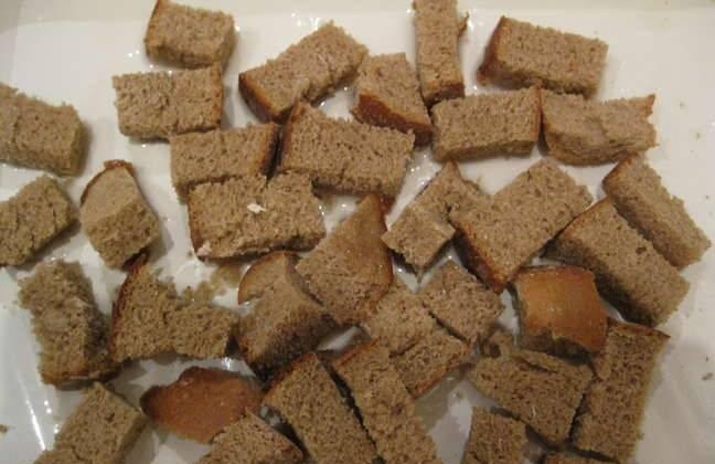 Черный хлеб нарежьте ломтиками и подсушите в духовке.