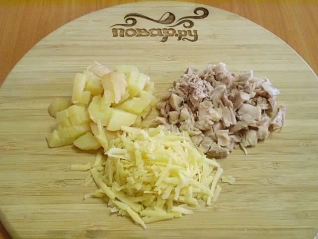 Картофель и куриное мясо порежьте небольшими кубиками. Сыр лучше натереть на крупной терке.