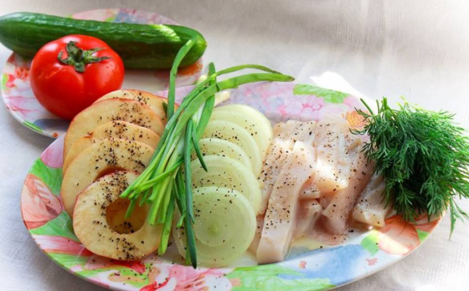 Кальмары промойте и порежьте порционными кусочками. Нарежьте колечками лук и яблоки. Сбрызгиваем все лимонным соком, солим и перчим по вкусу.