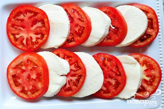 3. Нарезать помидор и сыр Моцарелла на ломтики среднего размера. Приготовить блюдо для салата. Выложить ломтики помидора и сыра Моцарелла на блюдо, чтобы они перекрывали друг друга.