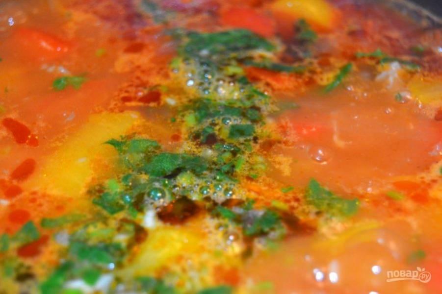 12.Добавьте чеснок с зеленью в суп.