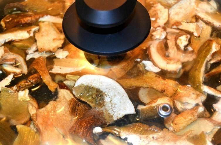 Для начала мы выкладываем сушеные грибы на сковороду, заливаем кипятком и солим их по вкусу. Ставим грибы на медленный огонь, накрываем сковороду крышкой и тушим грибы потихоньку, пока они полностью не размякнут.