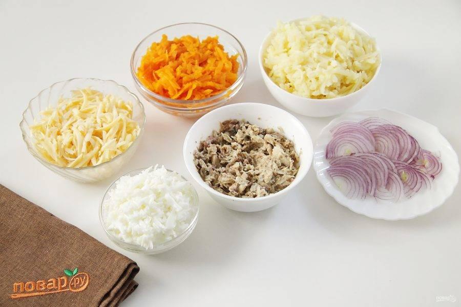 Отделите у яиц белки от желтков и натрите на крупной терке (желтки нам понадобятся чуть позже). Также на крупной терке натрите морковь, картофель и сыр. Консервы откройте, слейте большую часть масла и разомните рыбу вилкой. Лук нарежьте тонкими полукольцами.