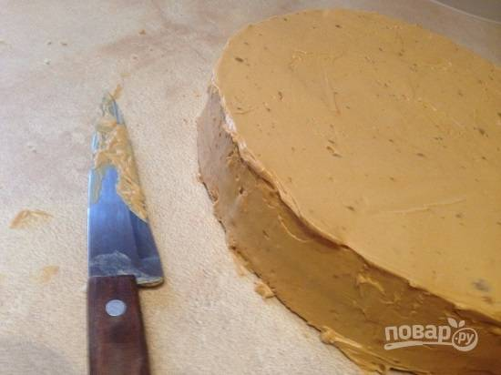 Накрываем вторым коржом и используем оставшийся крем. Покрываем кремом и верх и бока торта.