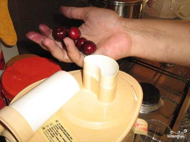 Убираем косточки из вишен. Желательно выбирать наиболее сладкие вишни, чуть переспелые - тогда сок получается сладким, не нужно добавлять сахар. Вишни без косточек, без плодоножек и прочей ерунды загружаем в соковыжималку.