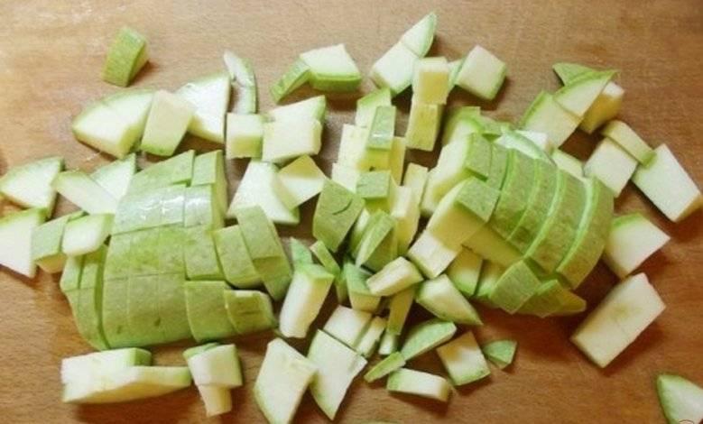 4. Кубиками нарезаем кабачок и смешиваем с овощами на сковороде. Овощи на медленном огне обжариваем до образования легкого золотистого цвета.