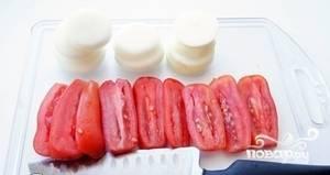 Лук нарезать кольцами, помидоры вдоль.