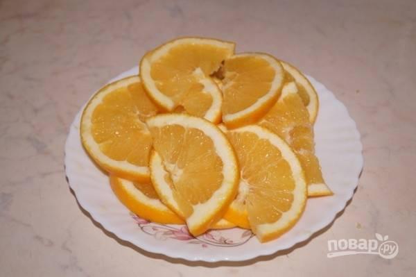 4. Перед началом запекания вымойте, обсушите и нарежьте тонкими ломтиками апельсины.