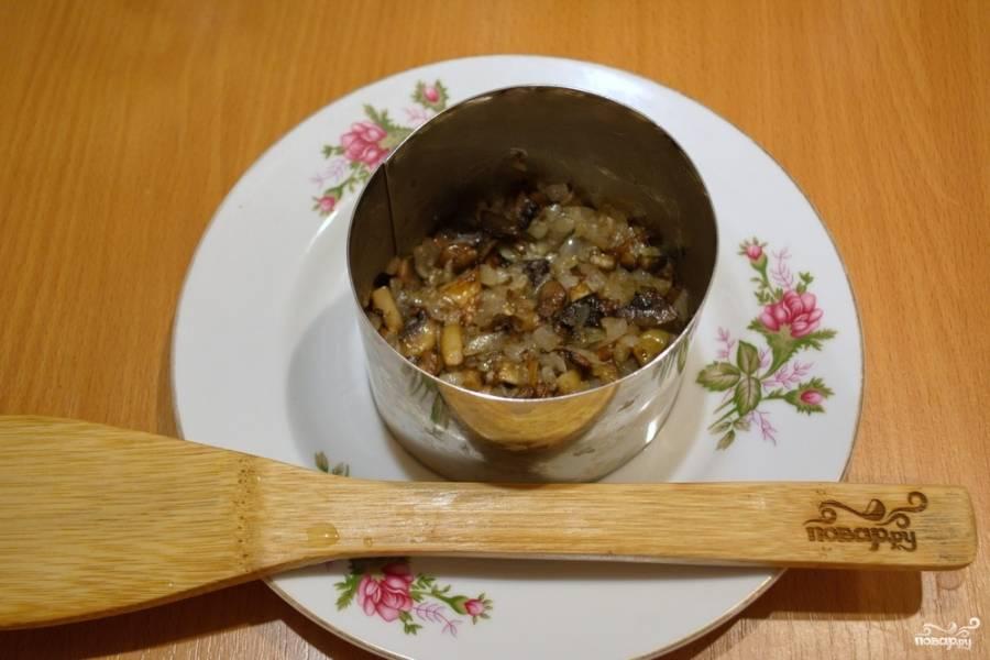 В салатник (или порционно) выложите обжаренные грибы с луком.