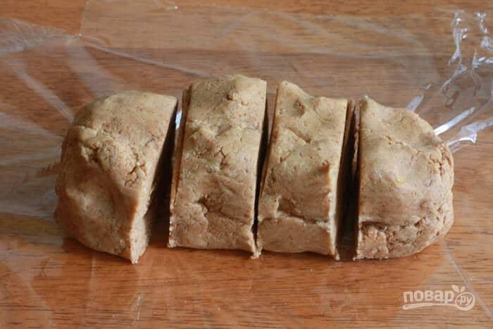 10.Выложите тесто на пищевую пленку и сформируйте из него бревно, разрежьте его на 4 части.