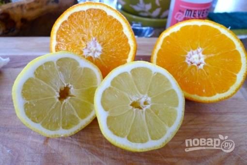 Затем добавляем сок из целого апельсина и сок из половины лимона.