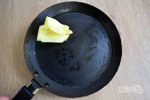 Протрите раскаленную сковороду бумажной салфеткой, смоченной растительным маслом.