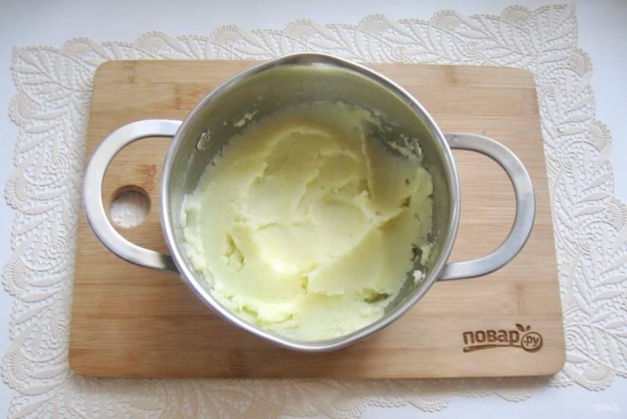 Варите картофель до готовности, воду слейте и добавьте сливочное масло. Приготовьте пюре.