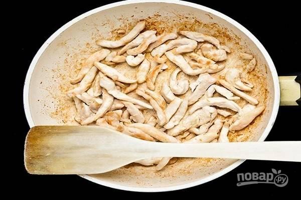 4.Куриное филе нарежьте полосками и обжарьте в оливковом масле до золотистого цвета.
