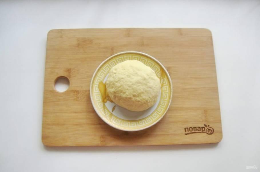 Замесите мягкое, не липнущее к рукам тесто и поставьте в холод на 30 минут.