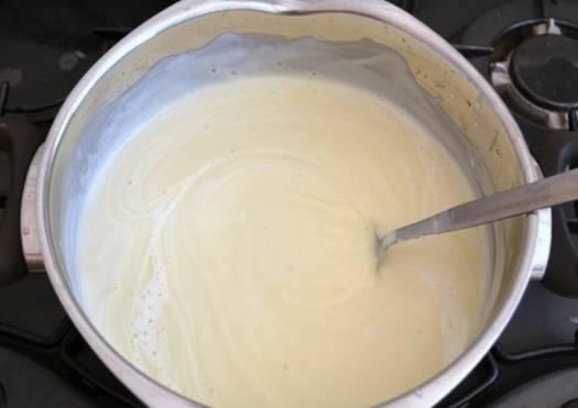 Возвращаем массу в кастрюлю, вливаем сливки и прогреваем суп. Чтобы сделать суп более жидким, добавьте еще немного отвара.
