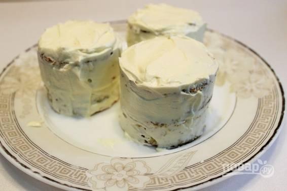 6. Коржи перемажьте кремом, соберите тортики. Обмажьте кремом со всех сторон и отправьте на часик-полтора в холодильник.