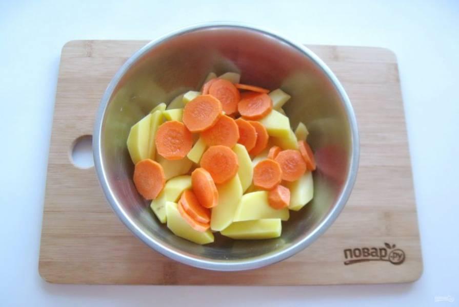 Морковь очистите, помойте и нарежьте произвольно. Можно тоже брусочками или кружками.