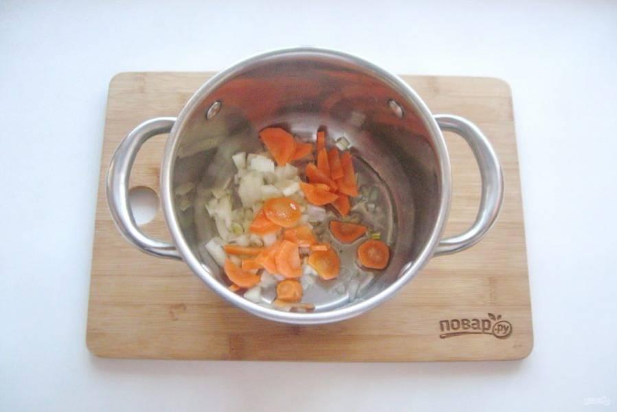 Лук и морковь порежьте. Выложите в кастрюлю с толстым дном. Налейте рафинированное подсолнечное масло.