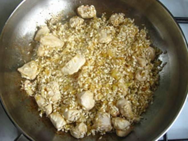 Добавьте непромытый рис и жарьте помешивая 1-2 минуты.