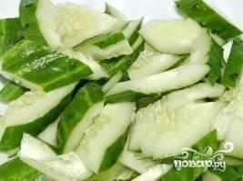 Пока семга остывает, вымыть и обсушить овощи (не забудьте про зелень!). Нарезать огурцы.