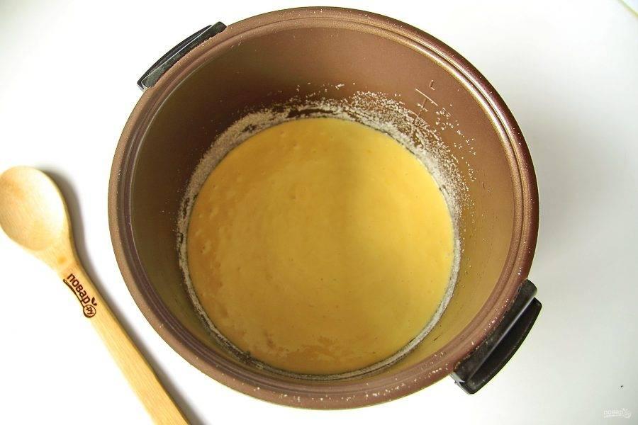 """Перемешайте все еще раз и вылейте тесто в смазанную маслом чашу мультиварки. Дно и бока чаши предварительно присыпьте мукой или манкой. Готовьте на режиме """"Выпечка"""" 1 час."""