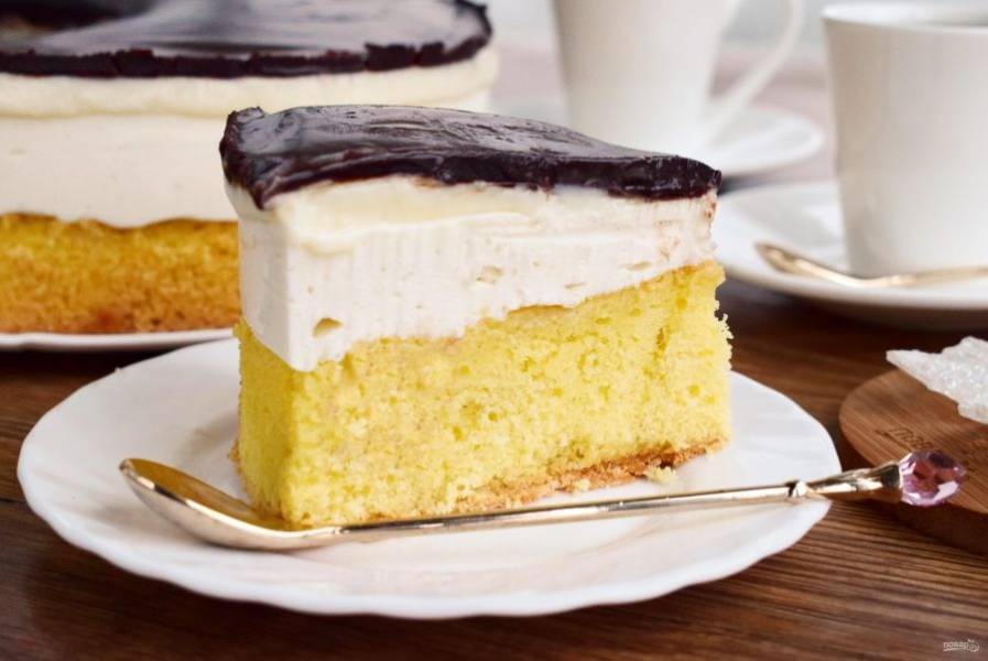 Торт разрезайте острым горячим ножом. Приятного аппетита!