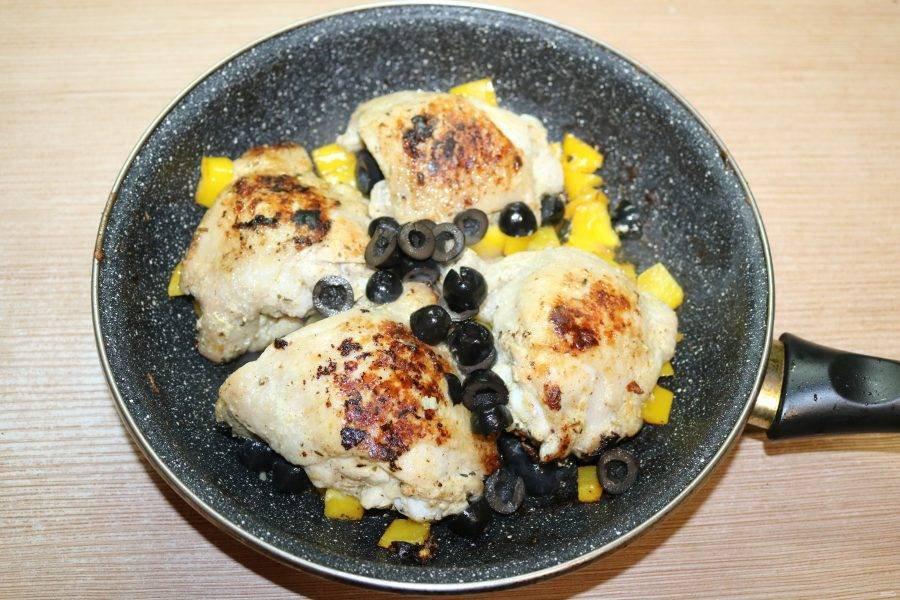 Добавьте нарезанные колечками маслины,  всё обжарьте в течение 5 минут.