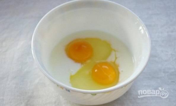 2. Яйца вбейте в небольшую мисочку, добавьте молоко и щепотку соли. Взбейте венчиком и вылейте на сковороду с растительным маслом. Обжарьте омлет с двух сторон.
