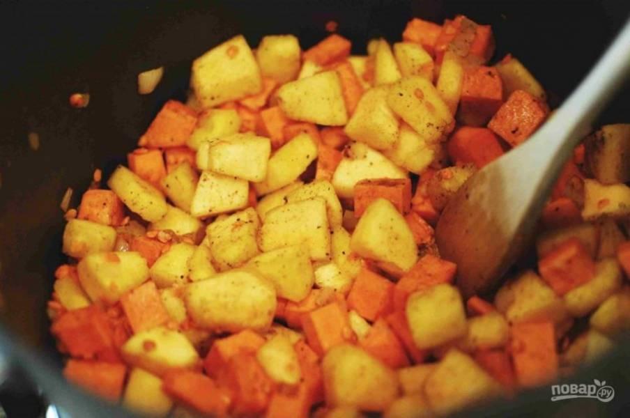 3.Добавьте в кастрюлю тыкву, батат, чечевицу, гарам масалу, лавровый лист и соль по вкусу, продолжайте готовить еще 5 минут.
