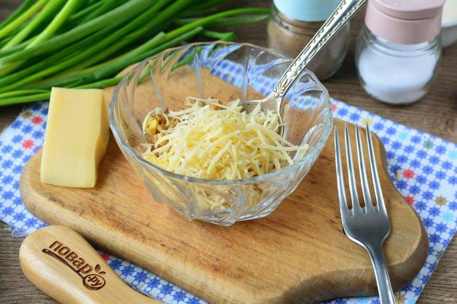 Натрите сыр на терке и всыпьте в начинку.