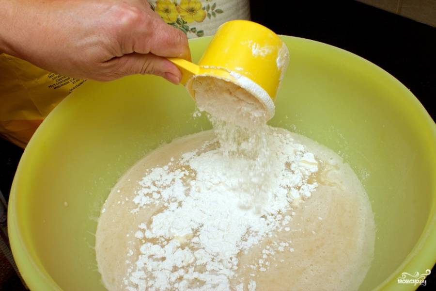 8. Просейте муку, понемногу добавляйте её в мисочку. Важно не переборщить, чтобы дрожжевое тесто с творогом в домашних условиях было воздушным.