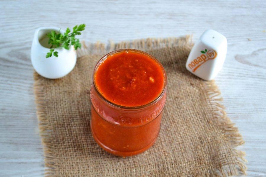 Переложите томатную пасту в баночку. Томатная паста получилась достаточно густой, но в баночке все равно остаточная жидкость поднялась наверх, это не страшно,  в приготовлении блюд не помешает.