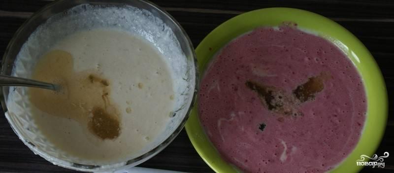 6. Теплую желатиновую массу разливаем в обе емкости с бананом и вишней.