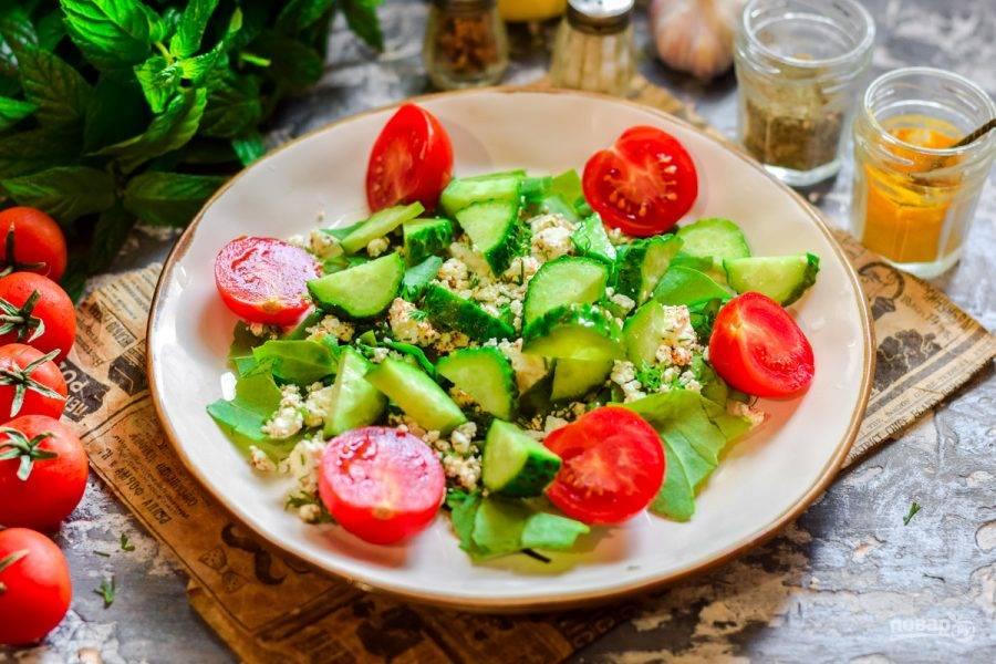 4. Свежий огурец сполосните и просушите, обрежьте концы с обеих сторон. Нарежьте огурец брусками и добавьте в салат.