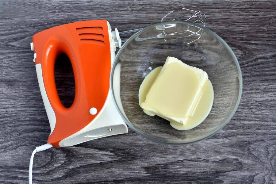 Для крема размягченное масло взбейте со сгущенным молоком до пышности.