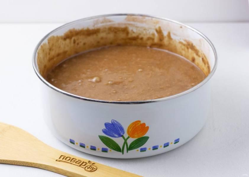 """Затем влейте крутой кипяток и размешайте всё до однородной массы. Форму 20-22 см смажьте растительным маслом, вылейте тесто и поставьте запекаться в духовку на 50 минут при температуре 170 градусов или же выпекайте в мультиварке, как я. В мультиварке печь в режиме """"Выпечка"""" 50 минут. Ориентируйтесь на свою духовку/мультиварку, проверяйте бисквит шпажкой."""