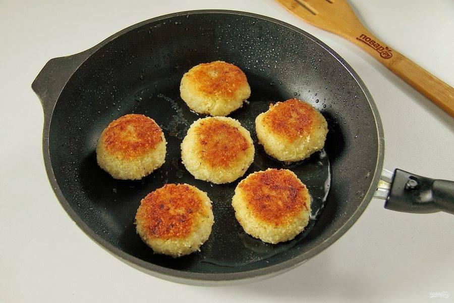 Обжарьте котлеты до румяной корочки, переверните, накройте сковороду крышкой и на небольшом огне доведите до полной готовности.