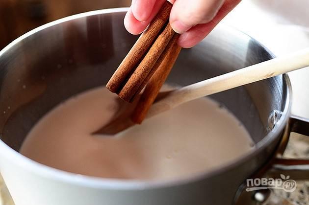 1. В глубокой кастрюле на среднем огне смешайте сахар и сливки, нагрейте смесь, поместите палочки корицы и ванилин. Не доводите сливки до кипения, но хорошо  нагрейте их.
