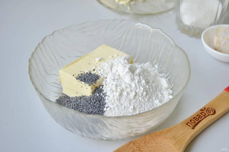 2. Сразу сделайте крем для булочек. Для этого соедините мягкое масло с сахаром, крахмалом и маком. Вилочкой перемешайте.