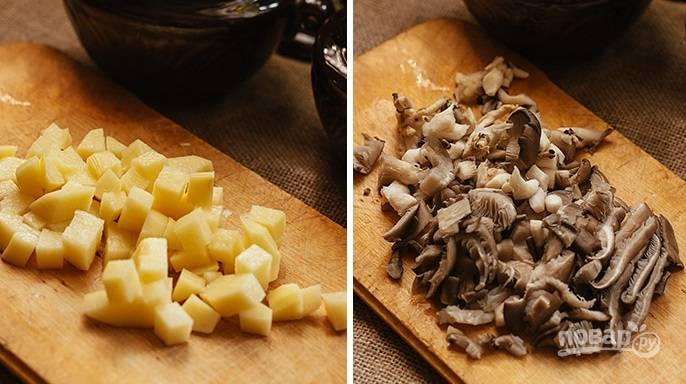 4. Картофель очистите и нарежьте кубиками, вымойте и обсушите грибочки, измельчите.