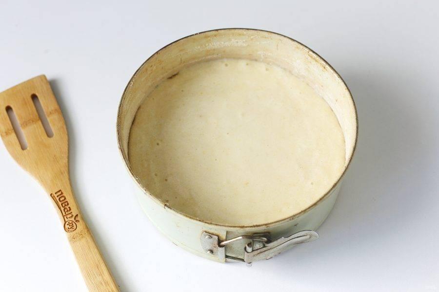 Переложите тесто в смазанную маслом форму для запекания. Дно и бока предварительно обсыпьте мукой или манкой. Выпекайте пирог в духовке при температуре 200 градусов в течение 25 минут, затем при температуре 170 градусов еще около 20 минут.