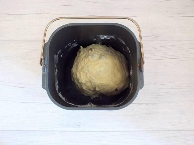 Понаблюдайте за тестом. Оно должно замеситься в однородный шарик. Закройте крышку и дождитесь окончания процесса.